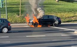 Feuerwehreinsatz: Mercedes GLE brennt auf Petersberger Straße völlig aus