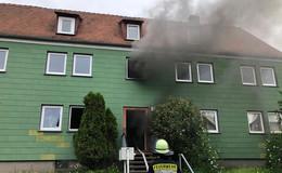 Brand in Mehrfamilienhaus - Zwei Bewohner erleiden Rauchgasvergiftungen