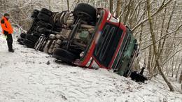 Mitarbeiter von Hessen Forst befreien Fahrer mit Axt über Frontscheibe