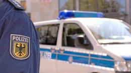 Auf Navi verlassen: BMW-Fahrer fährt sich auf Bahnschienen fest