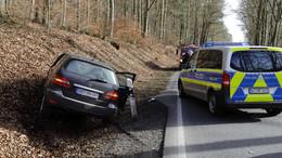 Lkw beim Überholen gestreift: Mercedes-Fahrer landet in der Böschung