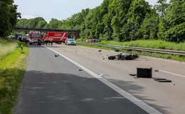 Tödlicher Crash auf der A7: Motorradfahrer (46) fährt gegen Heck eines Lkw
