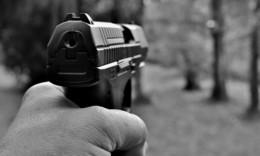 Schüsse gefallen! Betrunkener bedroht Frau und Mann vor Mehrfamilienhaus