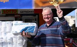 Toilettenpapier soweit das Auge reicht: Burkhard Fischer hat einen guten Dealer