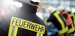 Kleinlaster gerät auf Standstreifen in Brand: Flammen greifen auf Böschung über