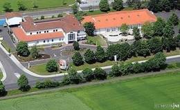 Das Krankenhaus und seine Außenanlage