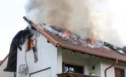 Großbrand in Traisbach: Dachstuhl steht lichterloh in Flammen