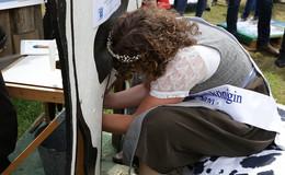 Wettmelken im Kurpark: Milchkönigin Laura I kann es am besten