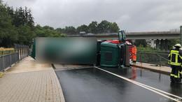 Mülltransporter auf regennasser Fahrbahn umgestürzt - zwei Verletzte