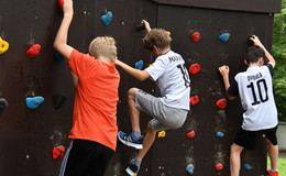 Fitnessklettern auf dem Schulhof: Neue Boulderwand am Domgymnasium