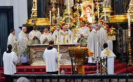 Viele Gläubige beim feierlichen Pontifikalamt für Bischof (em.)  Algermissen