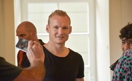 Eintracht-Profi Sebastian Rode nimmt Jugendliche an die Hand