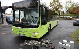 Radfahrer kollidiert mit Stadtbus - Frau fährt gegen Container