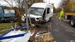 Transporter rast in Bushaltestelle und hinterlässt ein Trümmerfeld