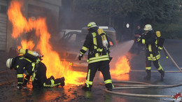 Schweißarbeiten Auslöser? - Gas-Mercedes brennt im Wohngebiet