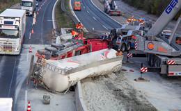 Vollsperrung A7: Silo-Sattelzug durchbricht Leitplanke - Fahrer schwer verletzt