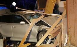 BMW kracht gegen Hauswand: Zwei Leichtverletzte und hoher Sachschaden