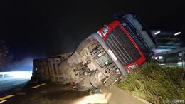 Pinkelpause an der Ausfahrt: Lastwagen rollt rückwärts und stürzt um