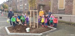 Bürgermeister Uwe Hassl löst Versprechen ein: Kinder pflanzen Bäume