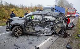 Schwerer Unfall nahe Böckels: Zwei PKW und ein LKW involviert