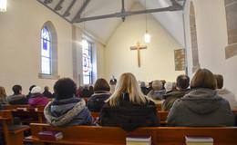 Nach knapp zehn Jahren: Kirchenkreuz hängt wieder in Neuhofer Kirche