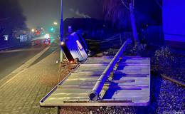 Fahranfänger rammt Verkehrsschild um - Unfall auf der Turmstraße