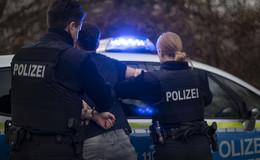 Festnahme: 19-Jähriger schlägt und bespuckt Polizisten