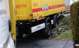 Paketlaster fährt sich in Wohngebiet fest - Bremsschlauch gerissen