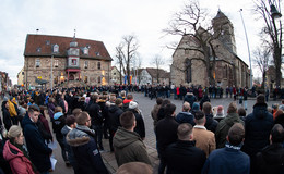Trauer und Fassungslosigkeit: Hunderte Menschen besuchen Gottesdienst