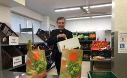 Bischof Dr. Gerber verschenkt Osterhasen: Fuldaer Tafel hat wieder geöffnet