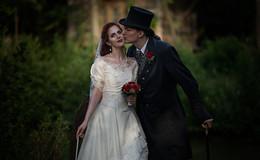Historische Roben, Fetisch Outfits oder extravagante Brautmode