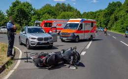 Unfall an der Kreuzung: Motorrad mit Fahrrad kollidiert