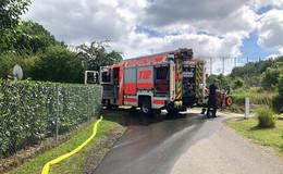 Einsatz für die Feuerwehr: Gerümpel vor unbewohntem Haus gerät in Brand