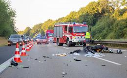 Motorrad prallt auf der A 7 gegen Lkw: 18-Jähriger verletzt sich tödlich