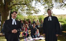 Pfarrer Stefan Bürger begrüßt 30 Konfirmanden und neuen Vikar Marvin Knoke