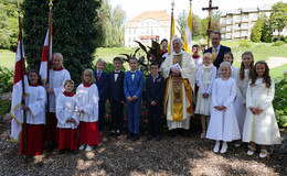 Letztmalig mit Pfarrer Friedhelm Dauner: Erstkommunion im Schlosspark
