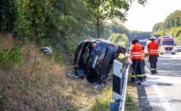 Crash auf der A5: Pkw kracht gegen Leitplanke und überschlägt sich mehrfach