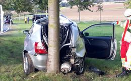Unfall auf der B 62: Mutter mit zwei Kindern mit Auto gegen Baum geprallt