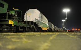 Frachter Pacific Grebe legt in Nordenham an - Verladung auf Zug begonnen
