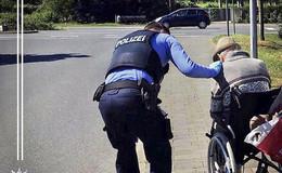 Bewegender Einsatz: Polizisten helfen Rollstuhlfahrer zum Grabe seiner Frau