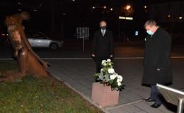 Bürgermeister und Stadtverordnetenvorsteher legen Blumenbouquet nieder