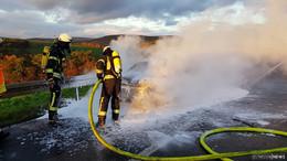 Skoda brennt auf A4 komplett aus: Technischer Defekt