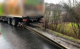Auf der B27: Lkw walzt Leitplanke nieder - keine Verletzten