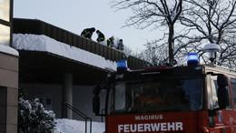 Große Schneelast auf Dach des Bürgerhauses: Feuerwehr greift zur Schippe