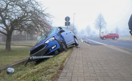 Zusammenprall zweier Pkw auf der Steinstraße: Zwei Personen leicht verletzt