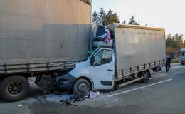 Unfall auf der A5 Richtung Kassel: Kleintransporter gerät unter Lkw