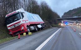 Auf der A7: Lkw kommt von der Fahrbahn ab und landet in Böschung