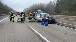 Schwerer Unfall auf der A7: Pkw übersieht ausscherenden Lkw
