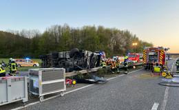 Unfall auf der A66: Lkw rast durch Mittelleitplanke und kippt um