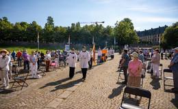 Rund 600 Gläubige versammeln sich vor dem Dom: Fronleichnam in neuer Form